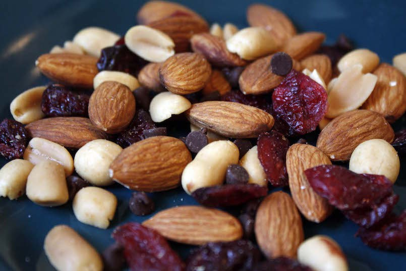 almonds and peanuts Nuts in their pure form are gluten-free peanuts, almonds, pecans, macadamia nuts, walnuts, pine nuts, pistachios, cashews, brazil nuts and all other natural nuts are gluten-free.