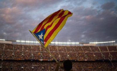 protestor waves Catalonia flag in fútbol stadium