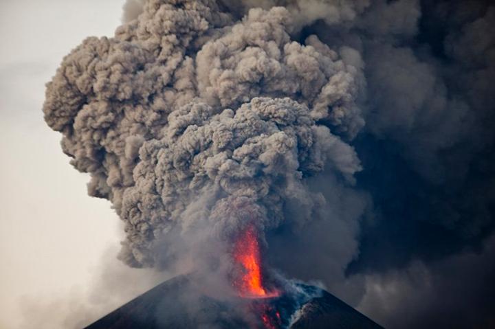 Momotombo Volcano erupts