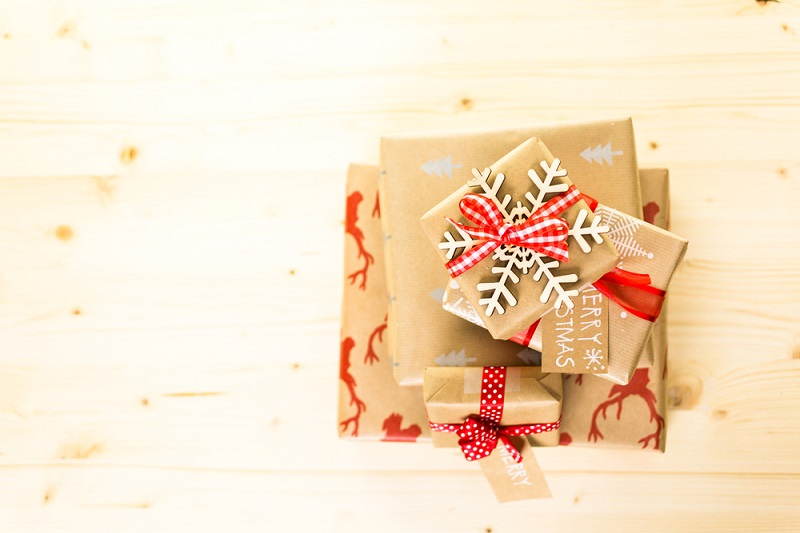 christmas-gifts-wrapped-in-brown-paper-with-red-ribbons